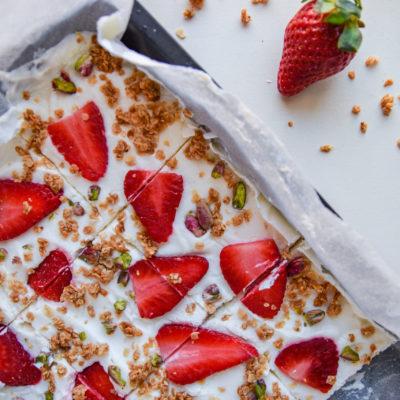 Παγωμένες Μπάρες Γιαουρτιού με Φρούτα και Granola