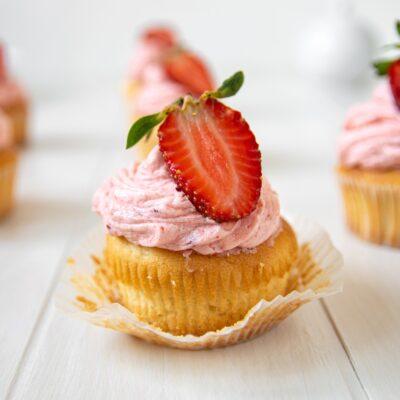 Cupcakes με Βουτυρόκρεμα Φράουλας