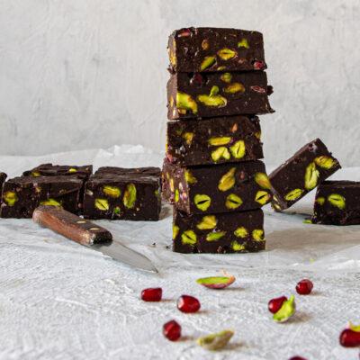 Fudge Μαύρης Σοκολάτας με Φιστίκι Αιγίνης και Ρόδι