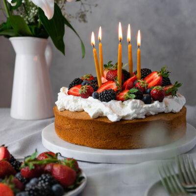 Γενέθλιο Κέικ Καλοκαιριού με Ελαφριά Κρέμα Γιαουρτιού και Φρέσκα Μούρα